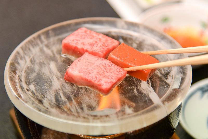 水晶プレートで近江牛を焼くことで、遠赤外線効果により高熱でぎゅっと旨味を閉じ込めて肉本来の美味しさが味わえる