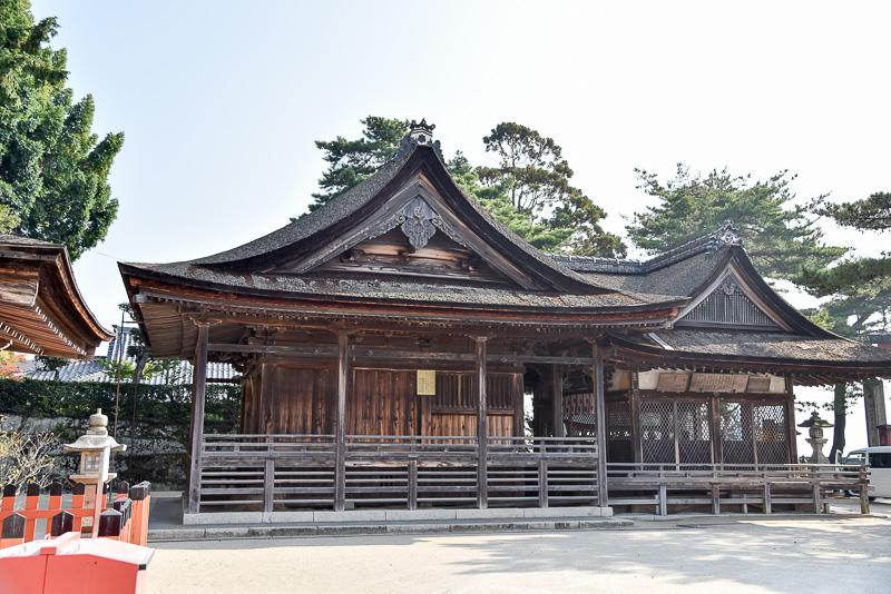 国の重要文化財として認定されている本殿。桃山時代の入母屋造りで檜皮葺きの屋根が見事。建てられた時期が異なるが拝殿と屋根が続いている部分も興味深い