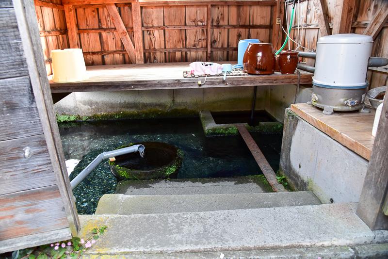 60ほどの世帯には川端が現存。湧き水のため常に1年中13度前後で温度が保たれている。お鍋などが置かれ、まさに台所といった風情だ