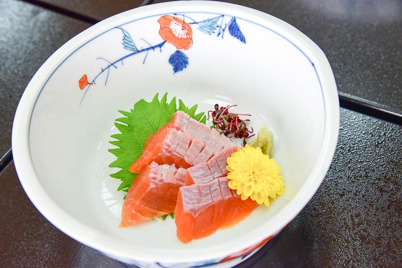 「生水の郷御膳」のお造りには天然のびわ鱒を使用。漁の時期の関係で提供時期が限定されている。必ず味わっておきたい魚のひとつだ