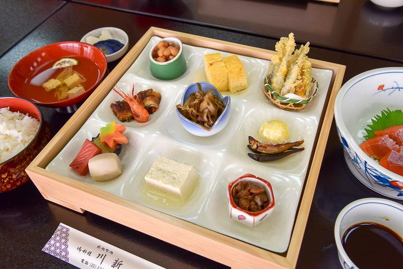 ツアーでも訪れた豆腐を使った冷や奴に琵琶湖の川海老など地元の美味しいがたっぷり。彩りも鮮やかな小鉢を頂く。ボリュームもあり満足度もかなり高い