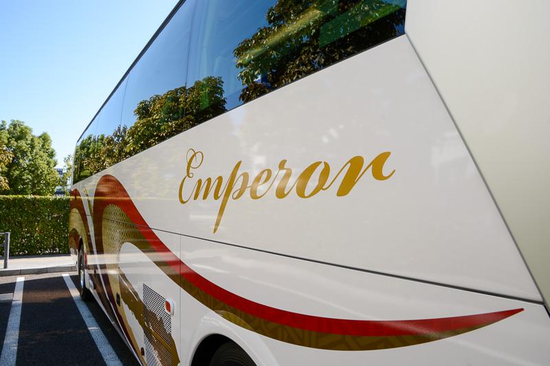 側面から背面にかけてのデザイン。漆を感じさせる和の色合いに、筆記体で書かれた「Emperor」のロゴが融合し、高級感が漂う
