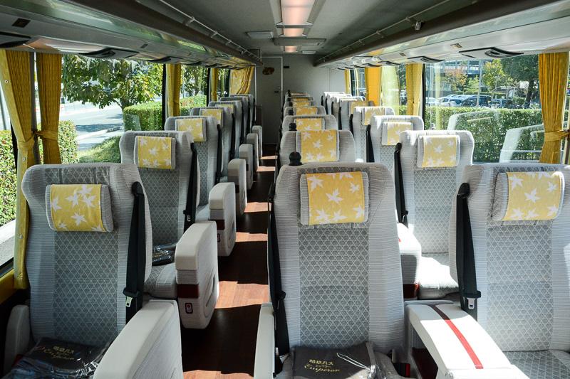 座席は2-1の横3席のレイアウト。奥に向かって8列あり、最後方の1席が省かれて計23席の仕様となっている