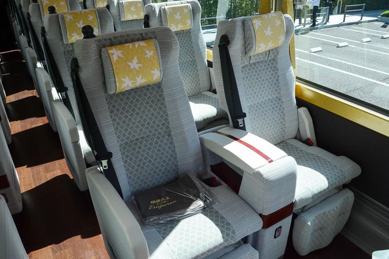 ゆったりしたスペースの座席。実際に座ってみたが、シート幅が広い一方で体のホールド感がほどよく座り心地がよかった