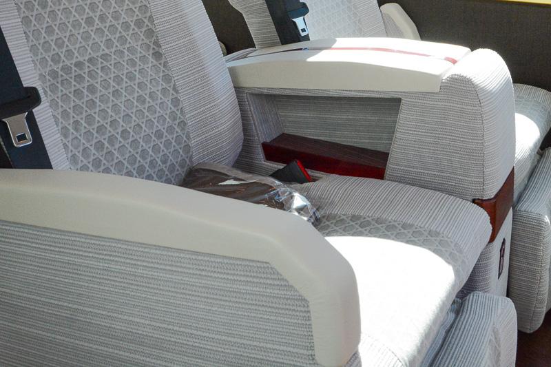 アームレストの下に小物入れを装備。1席側も同様に備える