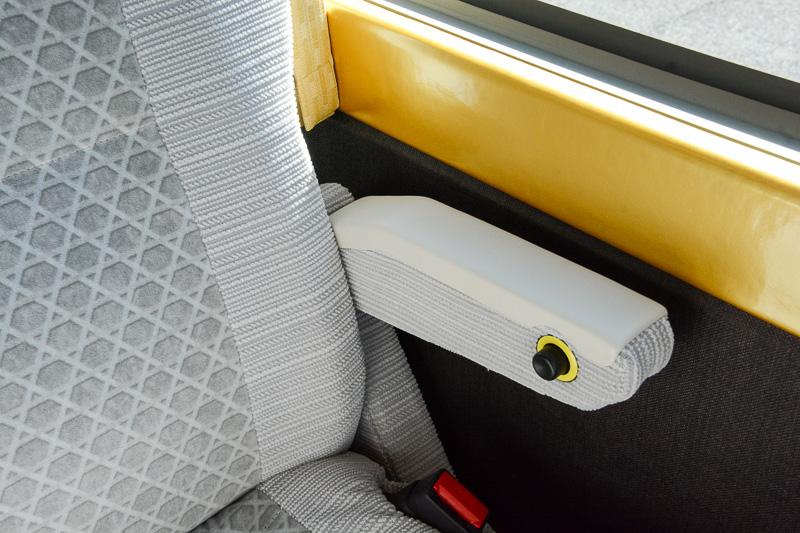 2列席の窓側シートには持ち上げ可能な左腕用アームレストを備える