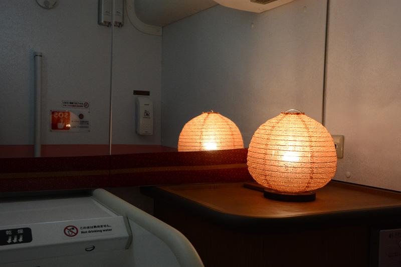 洗面台の奥には和風を演出する丸行灯