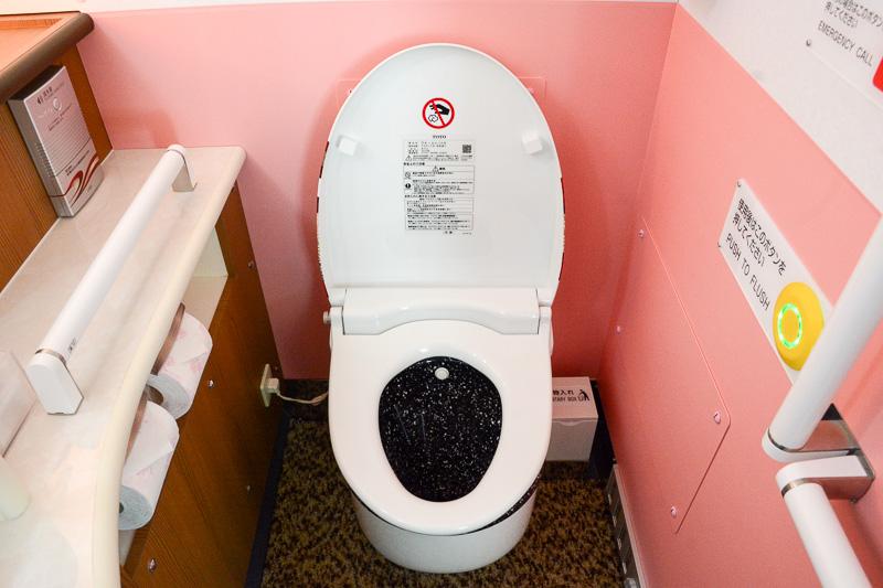 擬音装置や便座クリーナーも備えるエンペラーデザインのトイレ