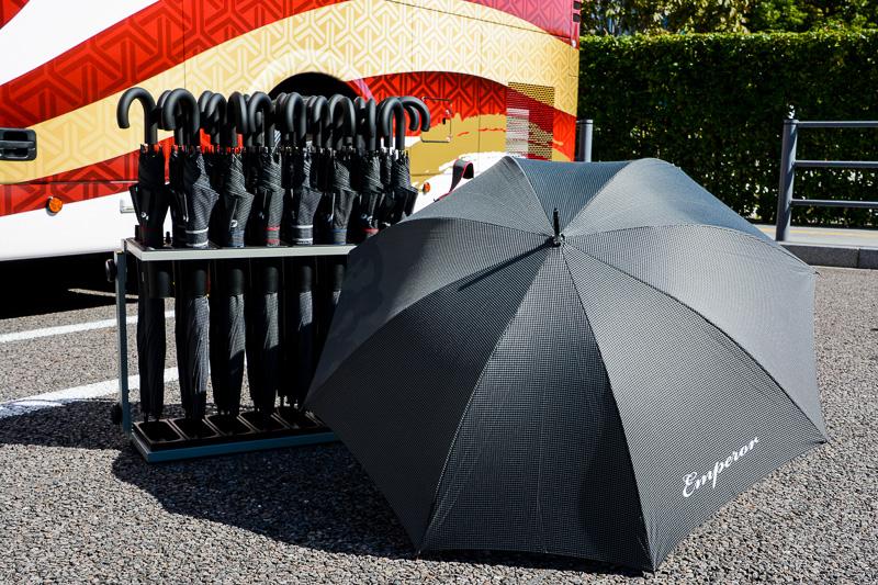 貸し出しされる晴雨兼用の傘にもEmperorロゴ入り