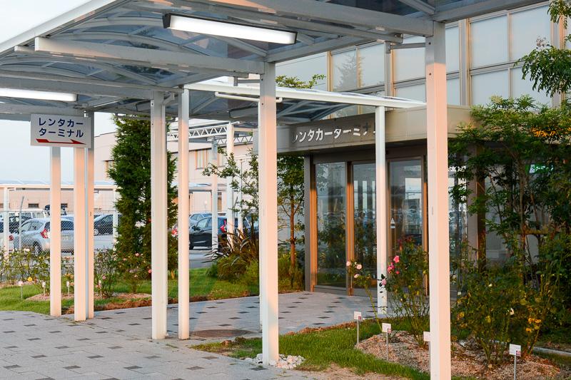 国内線ターミナルに隣接する「空港ビルアネックス」にレンタカーターミナルが入っている