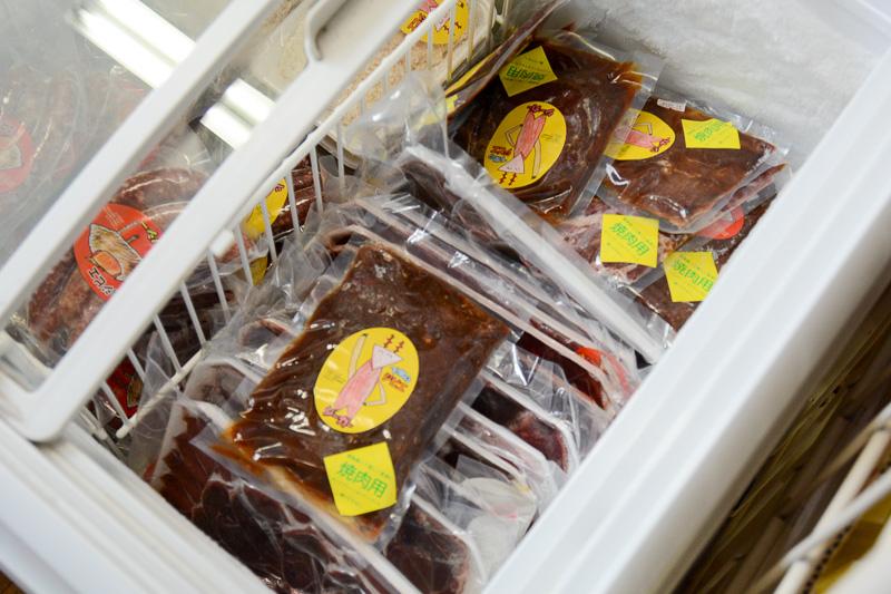 茶屋 竹善の隣にある「特産品販売所」で鹿肉やイノシシ肉を購入できる