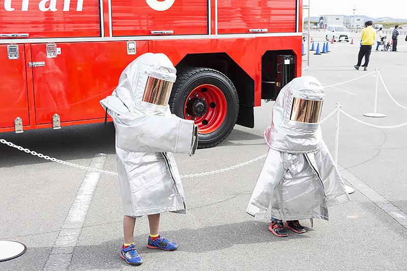 「はたらくクルマ大集合inセントレア」では、家族連れが多く訪れており、子供たちが耐火服を着て記念撮影していた。でも、誰だか分からない・・・・・・