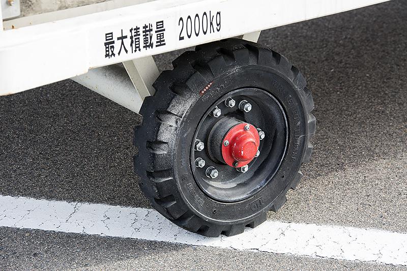 タイヤサイズのわりにハブボルトが多い