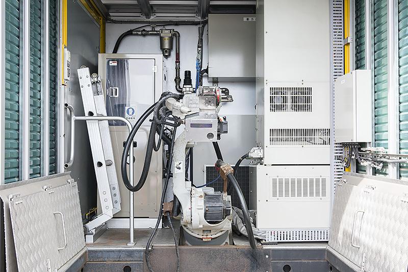 荷台にはロボットアームが装備されている