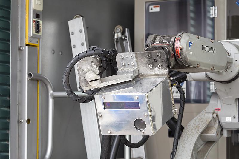 ボックス上の部分にあるカメラで灯器を認識し自動的に最適な位置にアームを動かす。上のスリットがドライアイスの噴出口