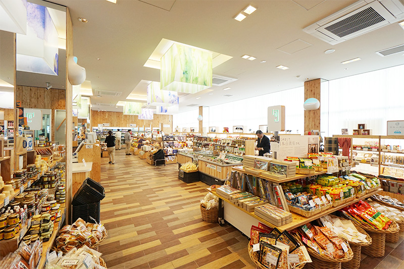 菖蒲PAの商業施設「SHOUBU 花見 CHAYA」の物販コーナー