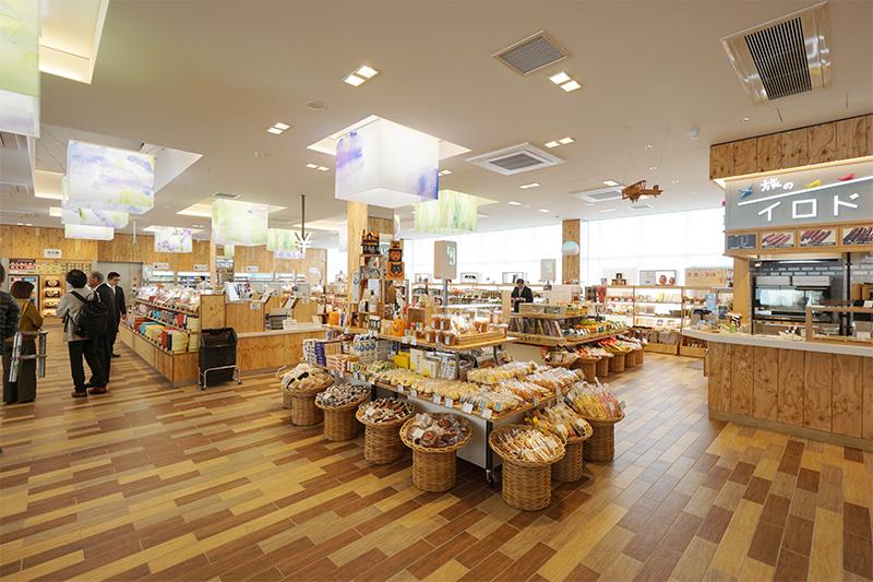 ショッピングコーナー全体。入口を入ると「旬」の棚が目に入る