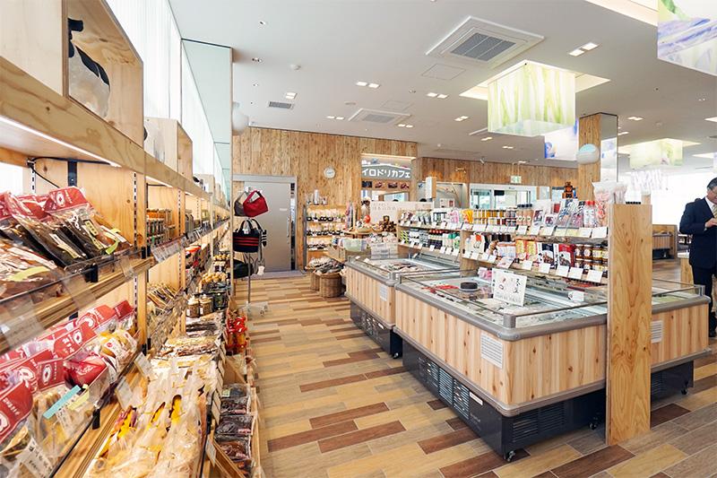 圏央道や関越道沿線の埼玉県産の特産品が多い。工芸品も扱う