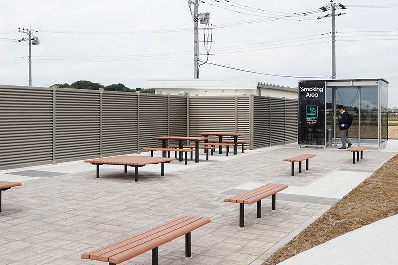 外のベンチと喫煙ルーム