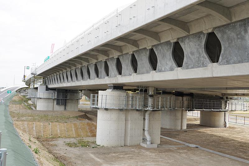 菖蒲PA近くの高架はバタフライウェブ橋になっている