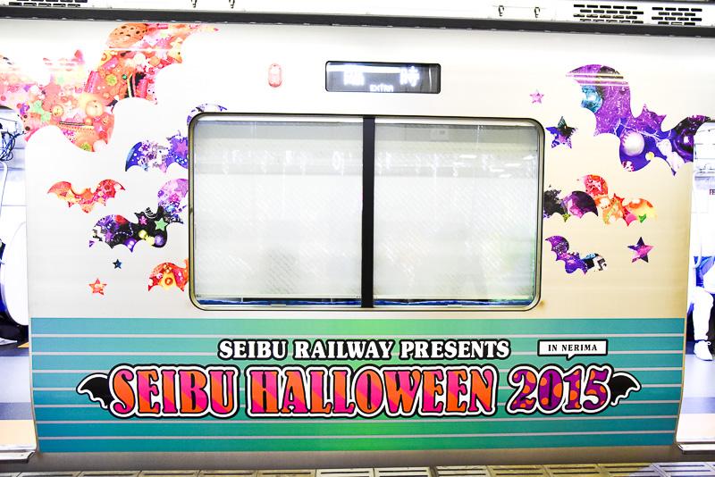 今回ライブとショーで使用されたラッピング車両30000系「SEIBU HALLOWEEN KAWAII TRAIN」。コウモリや星などを散りばめた可愛らしいデザインとなっている