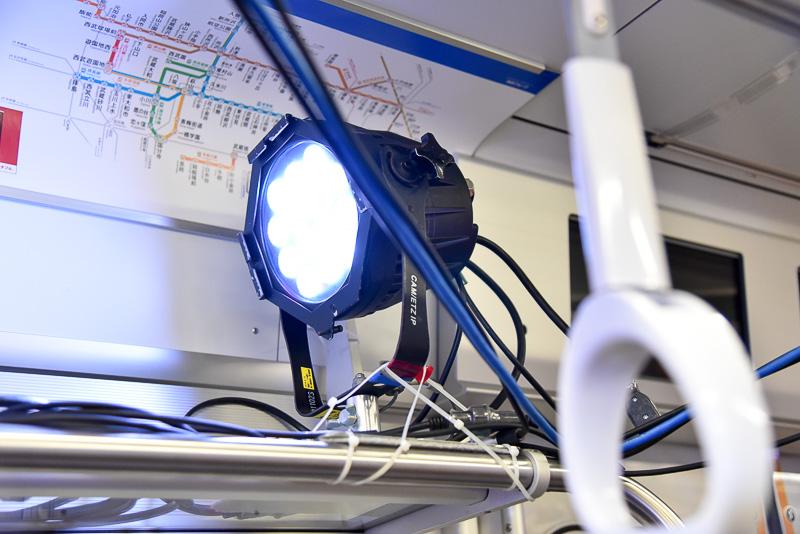 照明やスピーカーは荷物置き場の棚に設置し、しっかりと固定。いつもの通勤電車がライブ会場に様変わりしている