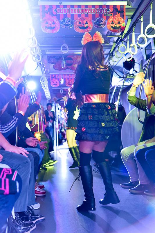 手作りのスペシャルな衣装で登場したLinQのメンバーたち。カラフルなキャンディやパンプキンなどの装飾でハロウィンらしさにあふれたデザイン