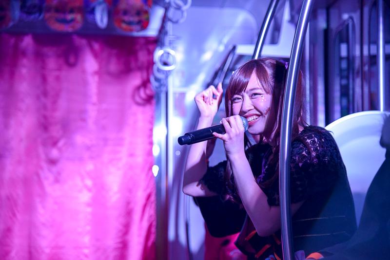 観客の隣の席で歌唱する姿もたびたび見られた。通常のライブ会場ではありえないサプライズなパフォーマンスに、観客たちは大盛り上がり