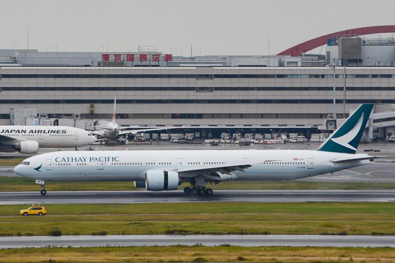 13時18分に羽田空港のA滑走路(34L)に到着した新塗装機の初便
