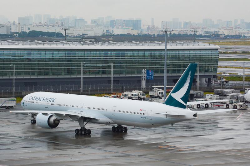 到着後、国際線ターミナルの114番スポットへ。252名(幼児1名含む)を乗せて、13時23分に到着した。展望デッキではキャセイパシフィック航空のスタッフがFacebook風のパネルを用意して来場客と記念撮影