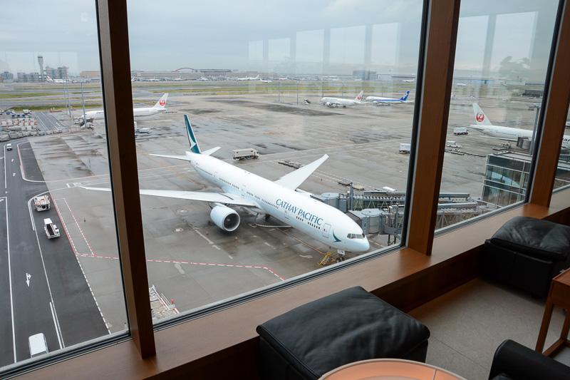 国際線ターミナル6階のキャセイパシフィック・ラウンジが新塗装機を見る特等席となった