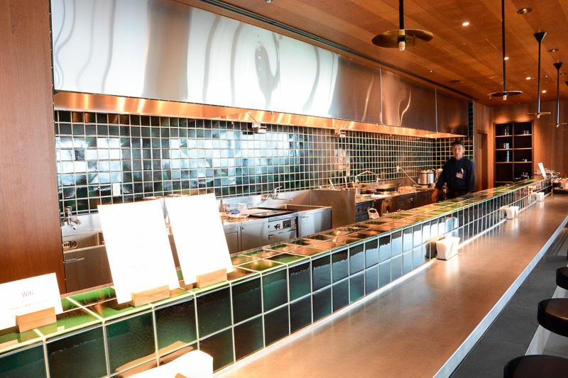 キャセイパシフィック・ラウンジは飲食物が売り。これはヌードルバーで、麺類を中心とした食事を選んで楽しめる。写真は担々麺とハヤシライス、チャーシューまん