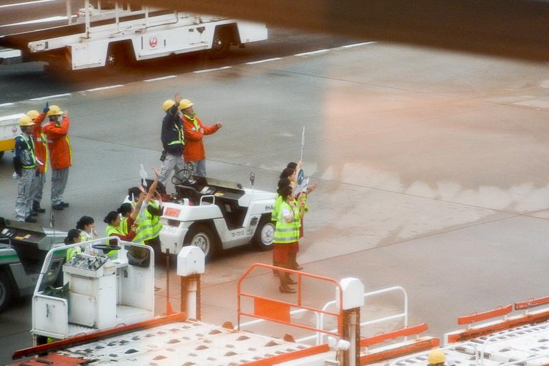 地上スタッフに見送られながらプッシュバック。16時18分にスポットを離れ、香港に向けて出発した