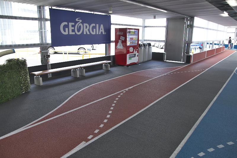 空港第2ビル駅から第3ターミナルへの順路は床が色分けされており、視覚的に誘導してくれる