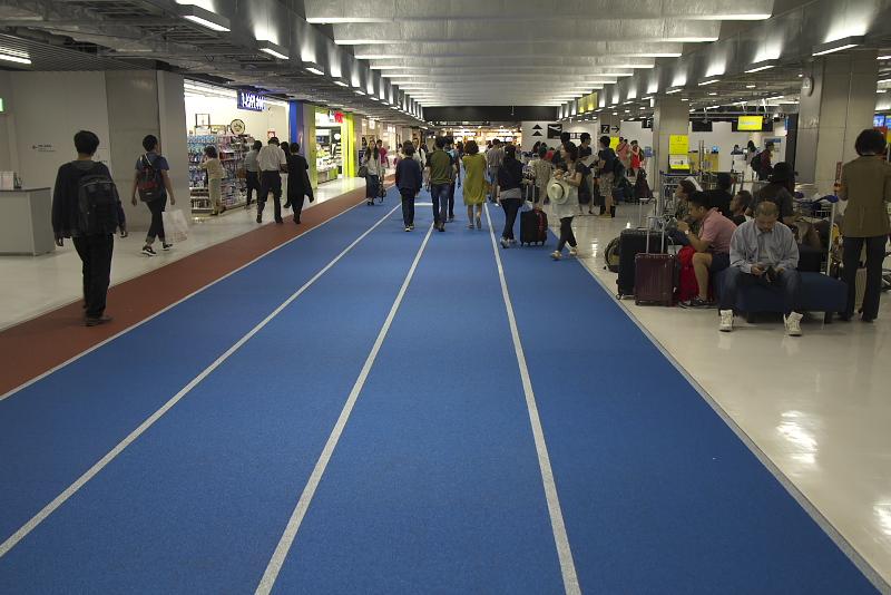 保安検査場へのルートは床が青く示されていて視覚的に分かりやすくなっている。保安検査場の手前にはフードコートがあり、コンセントを利用できるスペースも