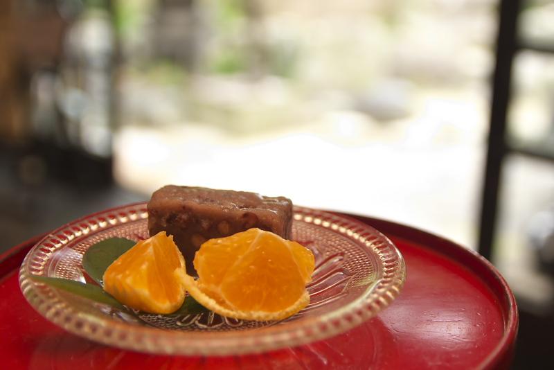 趣のある和室で鯛めしをいただく。鯛めし、鯛の潮汁、お刺身など豪華な御膳は季節によって内容が変わり、地元でとれた旬のものを提供する