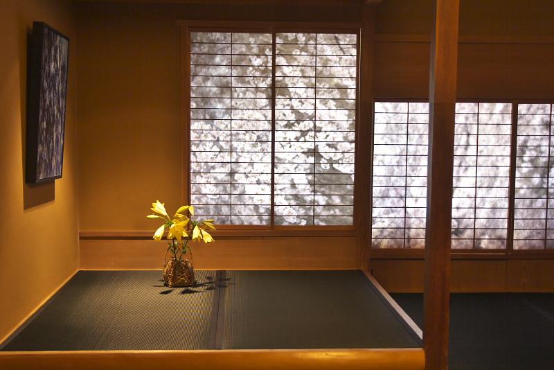 落ち着いた空間で非日常を堪能できるコラボルーム。ホテル1階ロビーのランプシェードも蜷川実花作品で彩られる