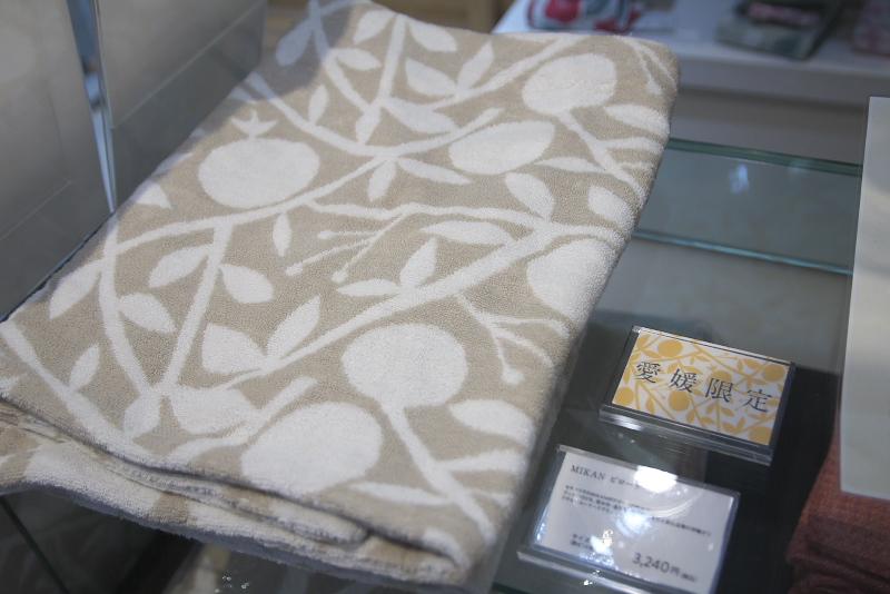 タオルを使ったさまざまな製品も扱う。愛媛限定商品や限定の蜷川実花コラボ商品も
