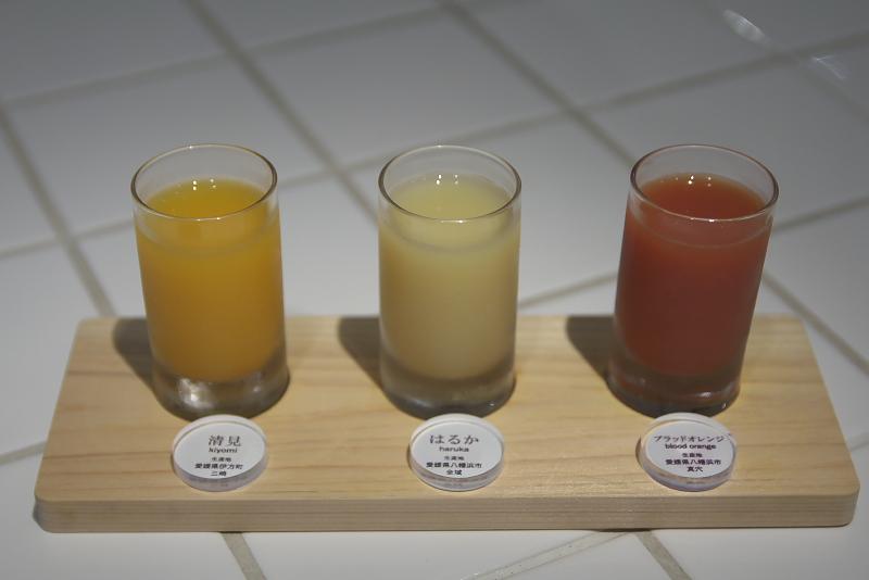 訪れたときは7種類のみかんジュースがラインアップされていた。そのなかから清見、はるか、ブラッドオレンジの3種類をチョイス。どれも愛媛県産のものから作られている