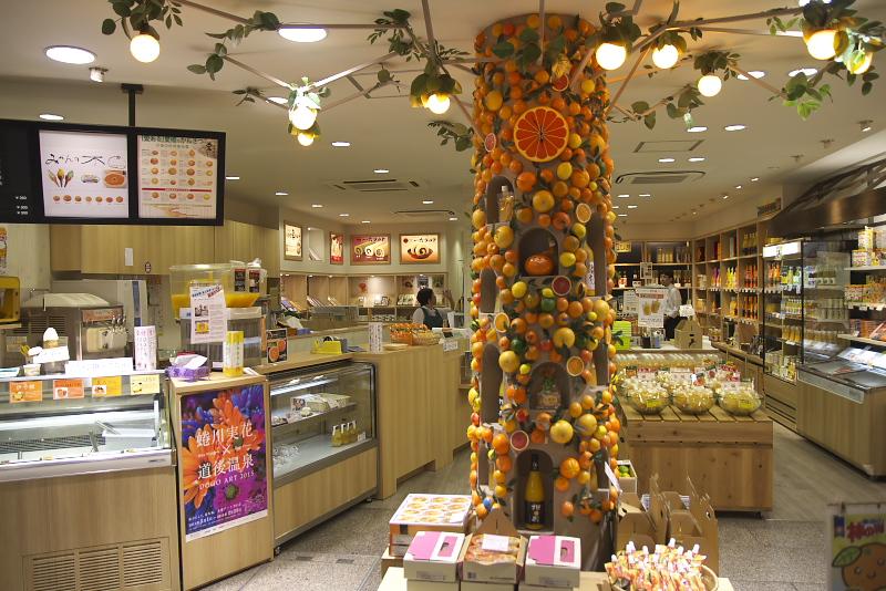 店内には柑橘を使ったさまざまな商品が並んでいる。なかでも一番人気が「みかん大福」(冷凍販売もあり)