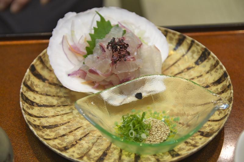八千代の鯛めしは南予地方のスタイル。鯛の刺身と、ごまや刻み葱など薬味をあつあつのご飯の上に乗せ、特製のタレで味付けした生卵をかけて食べる。日本一贅沢な(?)卵かけご飯だ