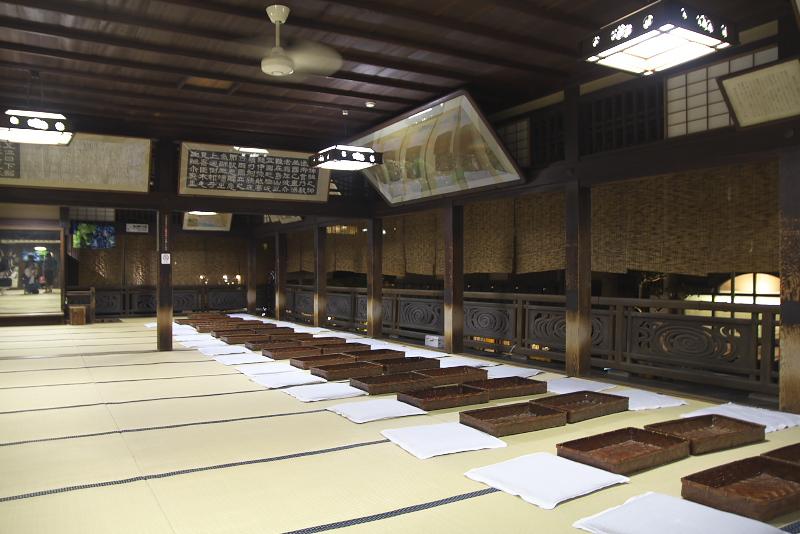 正面の陣幕や館内の暖簾には松山市花にちなみ椿の花が多く使われる。鮮やかなながら、落ち着きのある蜷川実花の作品は重厚感漂う木造の建物にとけ込み、新たな趣をみせる