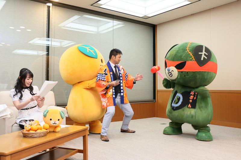 はっぴを着た県職員がみきゃんの助けに入る(写真提供:愛媛県)