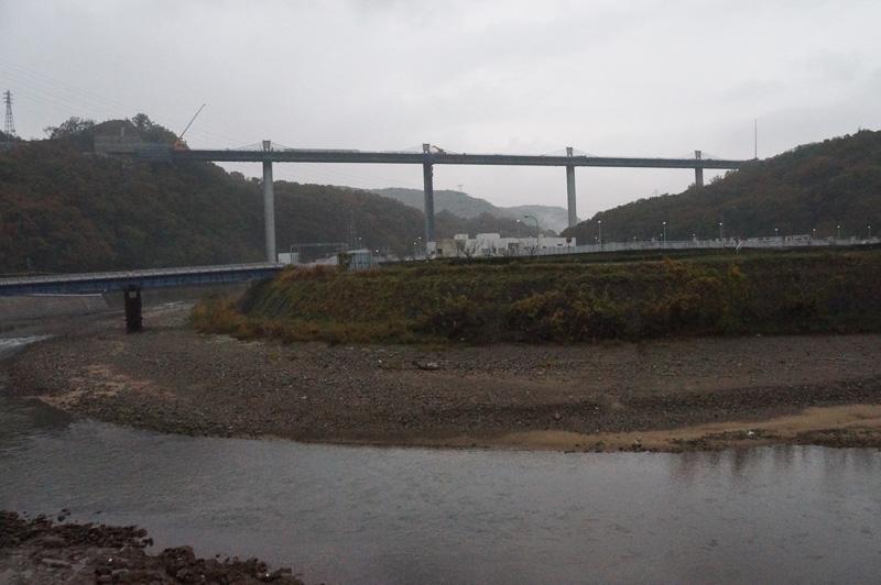 2級河川の武庫川を横過する武庫川橋工事の現場。2016年1月末には橋の閉合が完了予定で、上部構造の工事を進めて走行可能な状態となるのが2016年5月予定