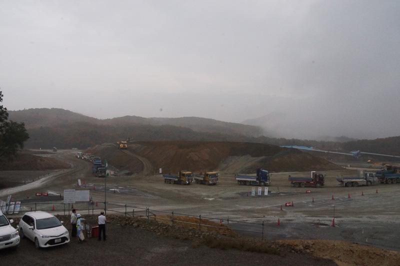 宝塚SAの建設現場。一般道路を使用するダンプに通行制限等があるため、盛り土をため置きして工事を進めている