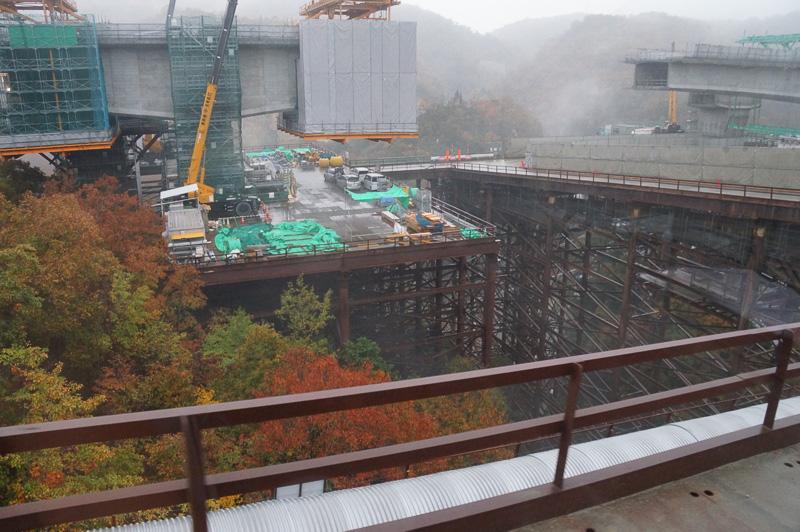 宝塚SAに向けて切畑トンネルから約2kmのベルトコンベヤーを敷いてダンプとの併用で盛り土を移動している
