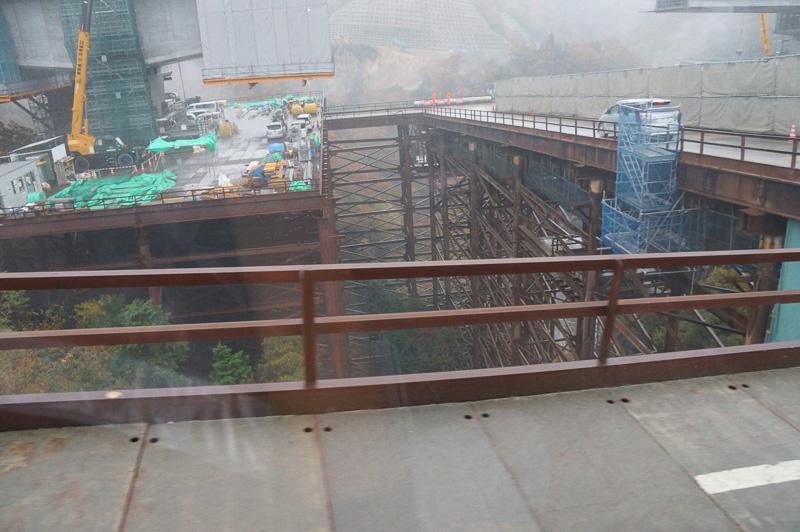 宝塚SAから川西IC(仮称)に移動する車内から撮影。清水の舞台を思わせる構造物はダンプの輸送路として用意されたもの