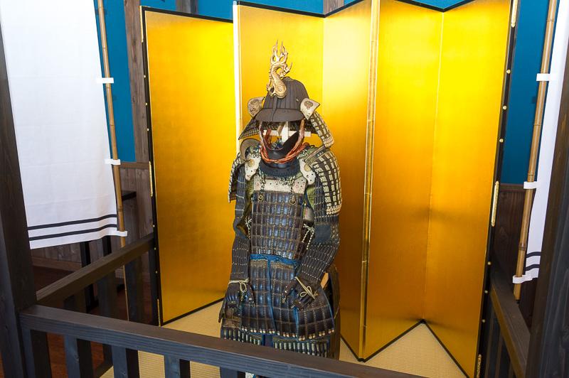 館内は和風のインテリアに鎧兜など、戦国時代をイメージした展示物で装飾