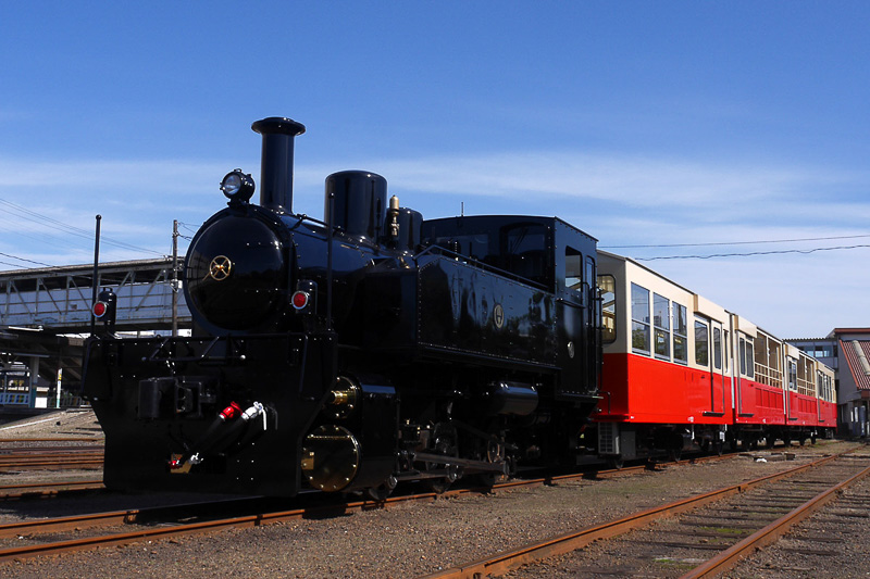 小湊鐵道の「里山トロッコ」号。SL型のクリーンディーゼルエンジンを搭載した機関車と4両の客車という編成