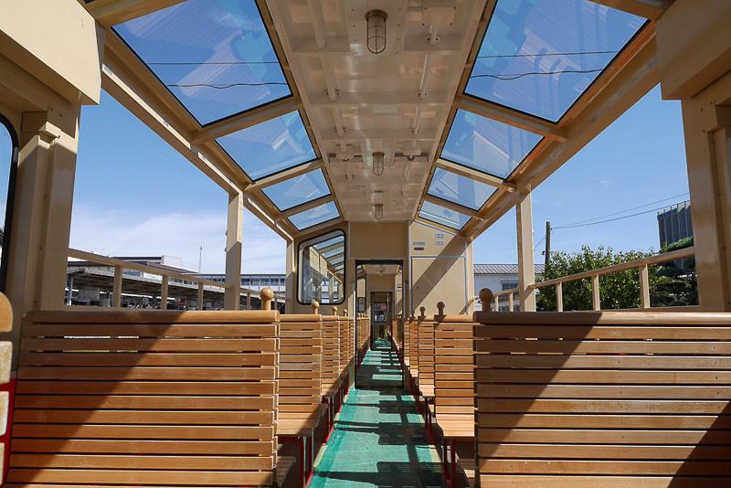 トロッコ客車は、天井がガラス張りになっており開放感あふれる設計になっている